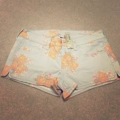 American Eagle floral shorts Never worn! Adorable floral shorts, perfect for summer! Stretch material.. You'll love these! American Eagle Outfitters Shorts Jean Shorts