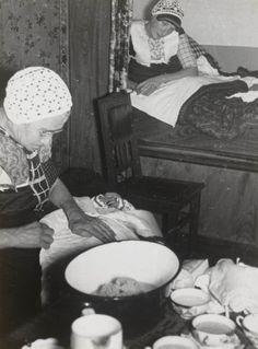 Kraamvrouw en baker omstreeks 1935. Jaren 30 moest vrouw na bevalling 14 dagen in bed blijven. Soms bleven bedgordijnen 1e week gesloten. Men was bang voor kraamvrouwenkoorts. Verzorgd door moeder of baker met oude gewoontes. Moeilijk voor moderne vroedvrouwen en artsen. Baby ingebakerd met navelbandje, verschillende hemdjes, wikkelluiers, jakje en mutsje. Bundeltje dan in dekentjes en doeken gewikkeld. Inbakeren gebeurde om het kind recht te laten groeien. #Utrecht #Spakenburg Vintage Pictures, Old Pictures, Old Photos, Local History, Women In History, Birth Photos, Good Old Times, Old Photography, The Old Days