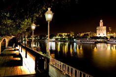 PUERTO DE CUBA #Sevilla - Gran barra con bebidas de primeras marcas - Entorno a media luz, lleno de #encanto - Reservados.