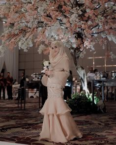 New party nigth outfit ideas chic ideas Hijab Prom Dress, Hijab Gown, Hijab Style Dress, Hijab Chic, Kebaya Dress, Dress Pesta, Kebaya Hijab, Kebaya Brokat, Kebaya Muslim