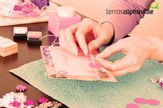 Uma forma criativa de registrar os momentos especiais do seu filho, é fazer um scrapbook. Com diversos tipos de papel, adesivos, furadores e muitos outros materias, você pode fazer montagens incríveis!