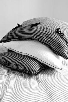 le samedi 30 mai 2015 :Clé porte :- une blouse DARAA en lin blanc : LE VESTIAIRE DE JEANNE- un sarouel en lin noir : LE VESTIAIRE DE JEANNESur le lit :- housse de couette en lin rayures claires : LE VESTIAIRE DE JEANNE- taies d'oreiller en lin blanc et en lin rayures sombres : LE VESTIAIRE DE JEANNE- serviette de table en lin blanc : LE VESTIAIRE DE JEANNE- planche en bois : VDJ VOYAGEUR- vases et mobile en papier : The fabulous garlands par Sophie Cuvelier- tasse et bougie : astier de…