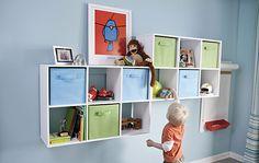 Decorar habitaciones infantiles: estantes para ganar zonas de almacén