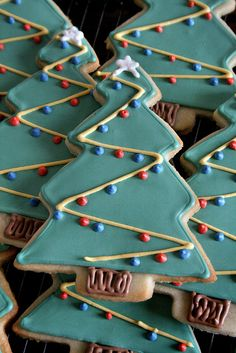 Super easy way to decorate Christmas tree sugar cookies!
