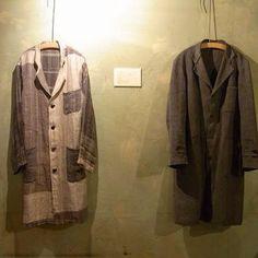 早くも懐かしい、昨年12月の個展メインの作品。「100年コート」(左) 。フランスのヴィンテージアトリエコート(右)をデザインベースに、織り、仕立て上げました。  #手織り #さをり織り #手織り服 #リネンコート #handweaving #saoriweaving