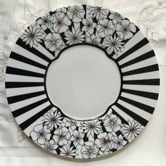 Les bandes noires sont trop présentes , mais idée intéressante Pottery Painting, Ceramic Painting, Fabric Painting, Ceramic Art, Ceramic Plates, Decorative Plates, Graph Paper Art, Black And White Sketches, Sharpie Art
