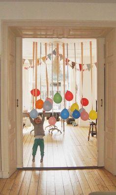 入口には風船をぶら下げて、わくわく感を演出。小さな子供が喜びそうな飾りつけです。