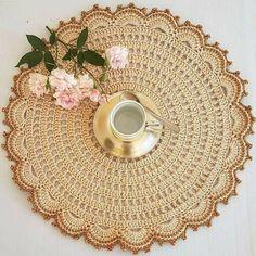 Crochet Placemats, Crochet Mat, Crochet Table Runner, Crochet Home, Thread Crochet, Crochet Gifts, Cute Crochet, Crochet Doilies, Crochet Circle Pattern