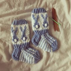 Blogi rakkaudesta käsitöihin. Knitting Socks, Baby Knitting, Knit Socks, Baby Socks, Baby Sweaters, Baby Booties, Mittens, Knit Crochet, Art Pieces