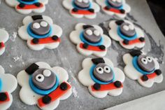 thomas the tank engine cupcake toppers tutorial detailed with pictures so cute! thomas the train!