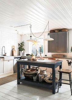 Det hemtrevliga köket har ett golv som tidigare legat i ett gammalt hus. Köket är byggt av en gammal vedlår, antika köksskåp och underskåp från Ikea, som har fått hemmagjorda luckor av kvistfri furu. Den praktiska köksön med plåtbeklädd bänkskiva är tillverkad av en väns morfar. Vask, Ikea, och blandare, Grohe. I fönstret hänger en pappersstjärna från Konstsmide.
