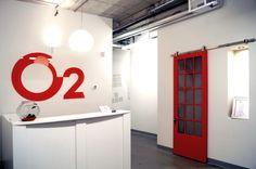 Aménagement de bureau dans de nouveaux locaux. Look industriel avec plafond et plancher de béton. Porte rouge sur rail pour le vestiaire et niche à l'entrée Design Commercial, Construction, Architecture, Decoration, Mirror, Furniture, Home Decor, Red Doors, Bespoke Furniture