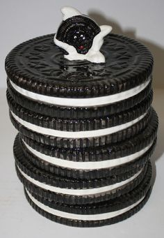 Oreo Cookie Jar, The Nabisco Classics Collection (ceramic) Ice cold milk and an Oreo cookie, they forever go together… Antique Cookie Jars, Ceramic Cookie Jar, Cute Cookies, Oreo Cookies, Candy Jars, Candy Dishes, Jar Jar, Sculptures Céramiques, Vintage Cookies