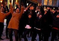 17-Feb-2015 9:57 - JUSTIN BIEBER EN TOM HANKS WAGEN SAMEN EEN DANSJE. Voorbijgangers moeten verbaasd hebben opgekeken, toen dit bijzondere tafereel zich voordeed op de straten van New York. Popidool Justin #Bieber, Tom Hanks én Carly Rae Jepsen die samen dansen. Het drietal had niet zomaar zin in een feestje, de dansroutine was onderdeel van een reclamespotje voor Fiat.
