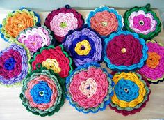 This Flower Potholder pattern is also a super project for beginners who have know just a few basic stitches.