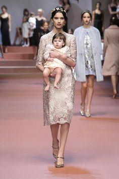 Несколько часов назад в Милане прошел показ знаменитого дуэта Dolce & Gabbana. Я всегда смотрю его онлайн, т.к. в фотографиях сложно передать ту волшебную атмосферу, что всегда царит на их показах. Новую коллекцию дизайнеры посвятили всем любимым матерям. Под песню Spice Girls — Mama выходили модели с младенцами на руках в платьях с принтами в виде детских рисунков и с цветочными узорами.