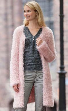 Gratis strikkeopskrifter | Strikket lang jakke | Fin strik til dig | Den dunede jakke er helt enkel i glatstrik med retstrikkede kanter| Håndarbejde