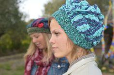 Tessa & Lynn Tessa, in primo piano, indossa una cuffia in tessuto stampato, foderata in lana verde. Lynn, sullo sfondo, indossa una cuffia in tessuto multicolore  con interno in ciniglia verde scuro