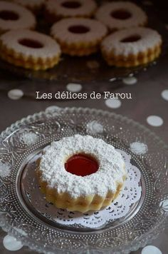Sablés, biscuits fondants et savoureux à la confiture Biscuits Fondants, Shortbread Biscuits, Jam Cookies, Yummy Cookies, Eid Sweets, Arabic Sweets, Cookie Recipes, Dessert Recipes, Eid Food
