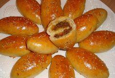 Heerlijke zachte gehaktbroodjes, mmmmm. Ik maak ze vaak in de ramadan, maar ook in het weekend bij de lunch zijn ze heerlijk! Of je kunt ze meenemen met een dagje weg of onderweg naar je vakantiebestemming, want koud zijn ze ook erg lekker. Pan Relleno, Birthday Snacks, Bbq Catering, Egyptian Food, Recipes Appetizers And Snacks, Sandwiches, Ramadan Recipes, Lunch Snacks, Dessert For Dinner