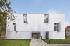 Die Fassade besteht aus weiß beschichtetem Streckmetall, das als Sonnenschutz dient und die Arbeitsräume durch feine Perforierungen mit gleichmäßig gefiltertem Licht versorgt - MRT-Forschungsgebäude Berlin
