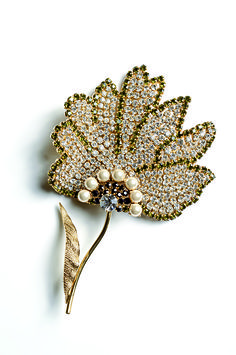 It's a shame mother nature can't glitterize all leaves like this. | 22 Pieces Of Amazing Costume Jewelry You'd Never Know Are Fake