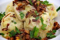 Horehronské gule | Cesto: 4-5ks zemiaky surové 1 zemiak varený v šupke 2 vajcia soľ, čierne korenie 2 strúč cesnak 200g údené mäso petržlen vňať alebo ligurček 1 hrnček hr múka Príloha: slanina (prerastená) 1 cibuľa kyslá kapusta Surové zemiaky nastrúhame na hrubo, 1 zemiak na jemno, pristrúhame aj varený zemiak. Šťavu vytlačíme, pridáme vajcia, soľ, korenie, cesnak, údené mäso a petrž vňať, premiešame. Prisypávame múku, polotuhé cesto, vytvarujeme guľôčky, dáme variť 10-20 min