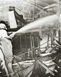 Incendio en la planta televisiva Radio Caracas Televisión, canal 2.  Los bomberos de Caracas hacen su mejor esfuerzo para calmar las llamas. Caracas, 06-01-1978 (ARCHIVO EL NACIONAL)