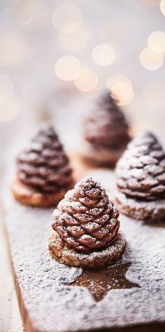 #MaTableAuSommet   Ces jolis petites pommes de pin accompagneront avec beaucoup de gourmandise les cafés et thés gourmands ou se dégusteront comme des mises en bouche avant le dessert. #Mignardises #Noël #TeaTime #CaféGourmand