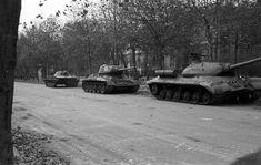 Andrássy út a Munkácsy Mihály utca felé nézve. Jobbról balra, típus szerint: egy ISZ-3 nehéz, egy T-34/85 közepes és egy PT-76 úszó harckocsi látható a képen. T 34 85, Joseph Stalin, Don Juan, Budapest, World War Ii, Hungary, Military Vehicles, Latina, Bali