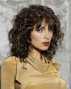 Wer feines Haar und Locken hat, muss darauf achten, dass der Schnitt der Haarstruktur angepasst wird. Es kommt am besten zur Geltung, wenn die Stufen aneinander angeglichen werden. Und hier haben wir noch mehr Frisuren mittellang