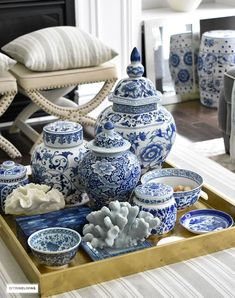 Modern Living Room Decoration Ideas Using Ginger Jars – Home Decor Ideas Coffee Table Styling, Decorating Coffee Tables, Table Cafe, Blue And White China, Blue China, Ginger Jars, Decoration Table, White Decor, Living Room Designs