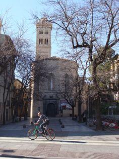 Iglesia de la Magdalena & ciclista, Zaragoza. Foto speed a tout lait
