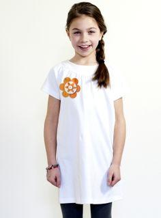 Eind van deze maand kleurt Nederland oranje. Voor deze dag hebben wij onze collectie aangevuld met deze speciale K(r)oningsdag-ontwerpen. Wil jouw dochter liever zelf een jurkje ontwerpen? Dat kan natuurlijk ook. De oranje en rood/ wit/ blauwe versieringen zijn terug te vinden in onze ontwerp studio.