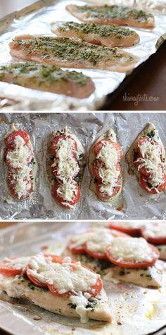 Snel en gemakkelijk gebakken kipfilet met basilicum pesto , tomaten , mozzarella en Parmezaanse kaas