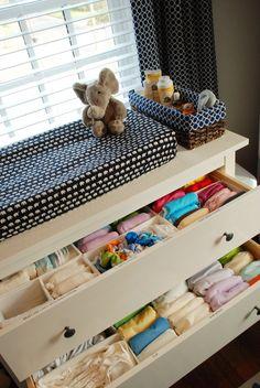 [Trocador - Cômoda] Cesta de palha forrada com tecido para kit higiene - organização das gavetas Cloth Diaper Organization and a great changing table idea
