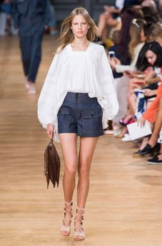 Short bleu marine et blouse flottante blanche :: Chloé Spring 2015
