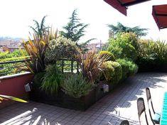 Un terrazzo fiorito può essere loccasione per creare un ambiente improntato alla biodiversità Rooftop Terrace Design, Rooftop Garden, Balcony Garden, Garden Wall Designs, Garden Design, Casa Milano, Green Terrace, Balcony Plants, Garden Boxes