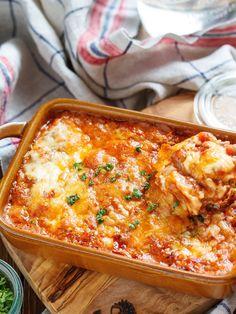 餃子の皮を使った、チーズがとろ〜り即席ラザニア♪ 作り方は、とーっても簡単で、フライパンでひき肉と玉ねぎを炒めて、トマト缶+ケチャップで2〜3分コトコト。あとは豆乳を加えたら、耐熱容器に、チーズ→餃子の皮→ミートソースの順に重ねトースターで焼くだけ♡ たったこれだけだけど、餃子の皮がモッチモチで食べ応え抜群! 見た目も華やかなので、クリスマスにもオススメです♪ Healthy Dinner Recipes, Cooking Recipes, Vegan Challenge, Vegan Curry, Vegan Meal Prep, Vegan Thanksgiving, Vegan Kitchen, Vegan Desserts, Macaroni And Cheese