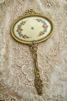 Vintage Hand Mirror / Mauve lace, shows it off. Antique Vanity, Vintage Mirrors, Vintage Vanity, Antique Lace, Estilo Shabby Chic, Vintage Shabby Chic, Vintage Beauty, Dresser Sets, Dresser Vanity
