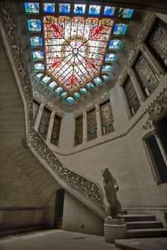 Escalera de acceso al piso noble de la Casa Burés, con el oso rampante. Barcelona  Catalonia  / JOAN SÁNCHEZ