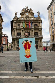 Ignacio Doménech, autor del cartel anunciador de San Fermín 2014, en la Plaza Consistorial. Era el que más me gustaba.