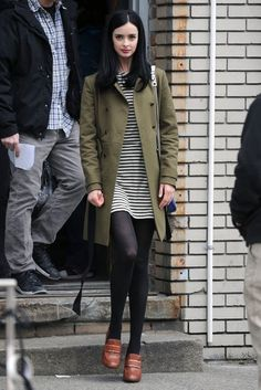 Krysten Ritter Wool Coat - Krysten Ritter looked preppy-chic with this forest green coat paired over a striped mini dress on the set of 'Assistance. Green Tights, Black Tights, Fall Outfits, Casual Outfits, Fashion Outfits, Skirt Outfits, Krysten Ritter Body, Work Chic, Preppy Style