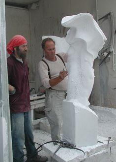 Nel 1995 inizia a lavorare a Pietrasanta presso lo Studio Sem