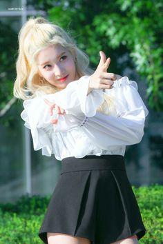 170921 Kim Lip @ M! Kpop Girl Groups, Korean Girl Groups, Kpop Girls, Month Animals, Loona Kim Lip, Kim Jung, Cosplay, Olivia Hye, First Girl