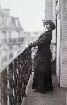 Portrait de Colette sur un balcon (vers 1900). Anonyme. Paris, musée Carnavalet.  Débris de Rêves