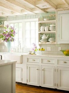les cuisines blanches de style rustique et sol en parquet