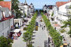 """Berlinerne kan faktisk oppleve """"sydenstemning"""" innenriks ved havet, ved f.eks. å ta turen til øya Rügen i Østersjøen. Her fra Hauptstraße i Binz. Men, klimaet kan være lunefullt!"""