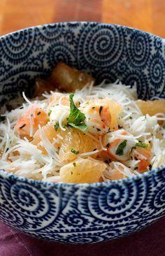 Une salade légère à base de vermicelles de riz, pamplemousse et crevettes.