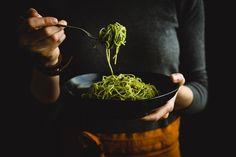 Ako si vyrobiť domáce pesto z medvedieho cesnaku? Vyskúšajte tento recept a zaručene si pochutíte. Spravte si rýchle cestoviny s pestom... Pesto